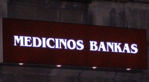 Šviečianti Medicinos banko iškaba Geležinkelio 6